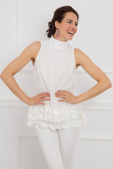 ELEGANT WHITE TOP WITH FLOWERS AND BROOCH